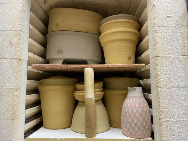 krukor som ska brännas i keramikugn